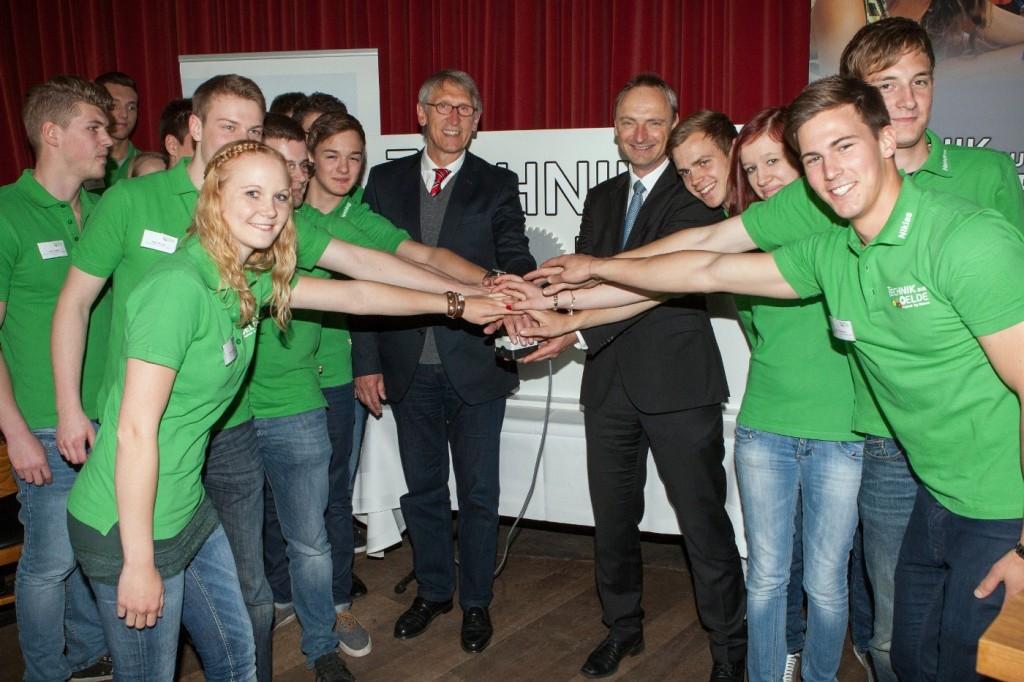Im Ulithi drückten Bürgermeister Karl-Friedrich Knop und Jens Sgundek (v.l.) mit dem Koordinatorenteam von Technik aus Oelde den Startknopf für den neuen Schülerwettbewerb.