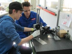 """Teile für einen Rasenbelüfter fertigt Schüler Moritz Nordhues an. Ein Auszubildender der Firma Miele unterstützt ihn. Das fertige Produkt wird auf der Ausbildungsmesse """"Mach mit"""" ausgestellt."""